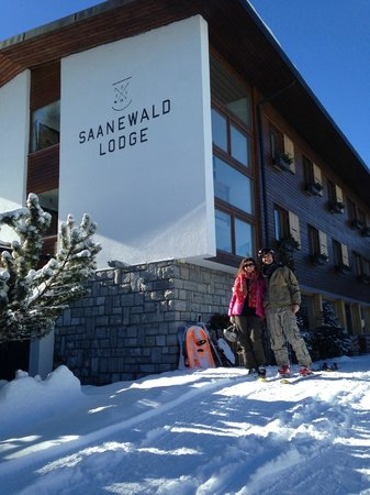 Saanewald Lodge: in front of the lodge