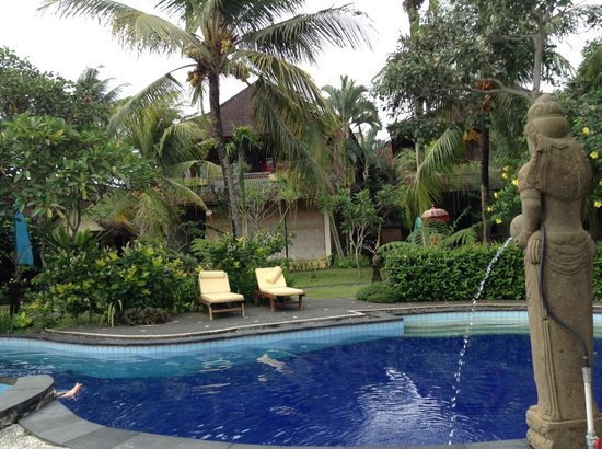 Kertiyasa Bungalow : Relaxing by the pool