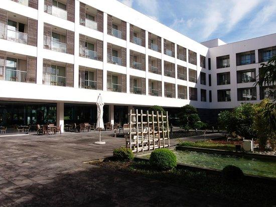 Royal Garden Hotel: Pátio, áreas comuns.