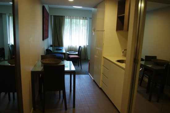 Adina Apartment Hotel Darwin Waterfront : Entry and kitchenette