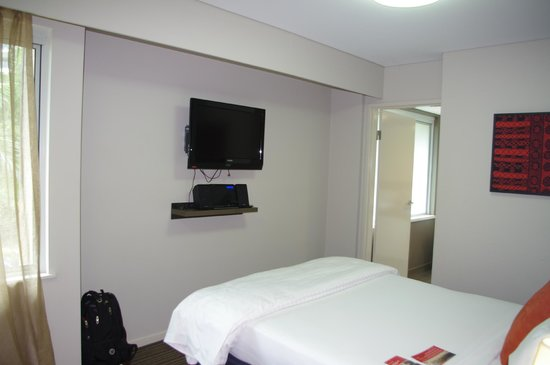 Adina Apartment Hotel Darwin Waterfront: Television in bedroom