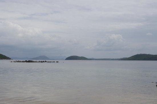 Coral Bay Beach & Dive Resort : Former breakwater?