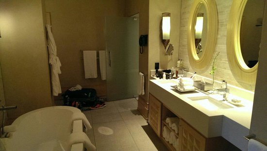 Saxon Hotel, Villas and Spa : Bathroom in room 114.