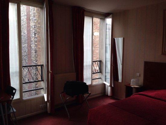 Hôtel Bellevue Paris Montmartre : Ljust och fint rum även mot bakgården. Mörkläggningsgardiner som gör rummet helt mörkt. Skönt at
