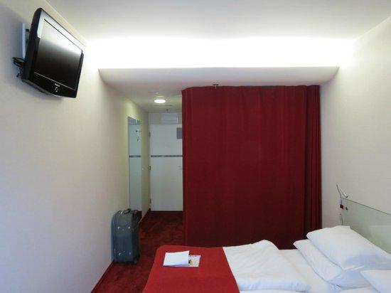 Design Metropol Hotel Prague: Шкафчик за занавеской