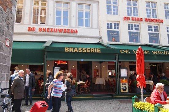 De Vier Winden: マルクト広場、鐘楼の左横にあるお店