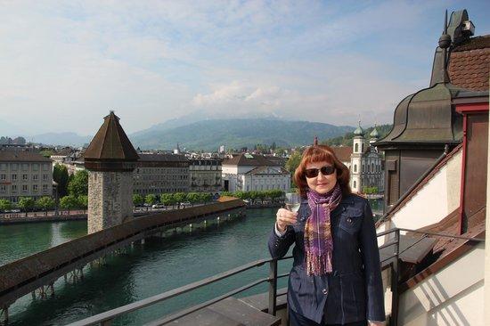 Hotel des Alpes: Вид с балкона на Цветочный мост и гору Пилатес