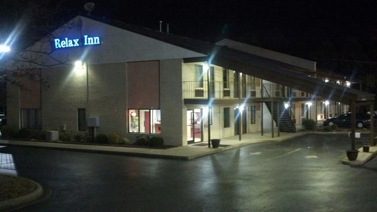 Relax Inn Charlotte: Late at night from the road