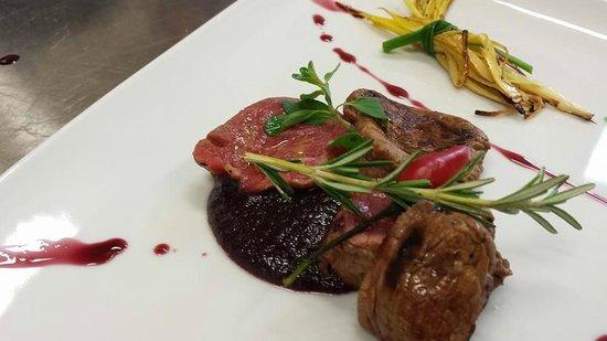 Quantum Restaurant : Scaloppata di Filetto di Chiania I.G.P. su culis di radicchio e pinoli