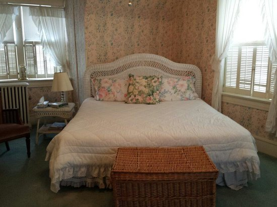 Victorian Inn Bed and Breakfast: King Bed in Attic