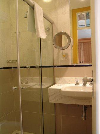 Pousada Solar da Ópera: Banheiro com espelho de aumento e secador