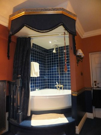 Coombe Abbey Hotel: Corner bath in the room