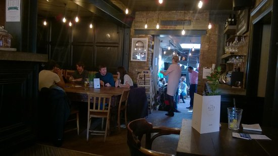 The Alice House Queen's Park: Cosy interior, vintage stye