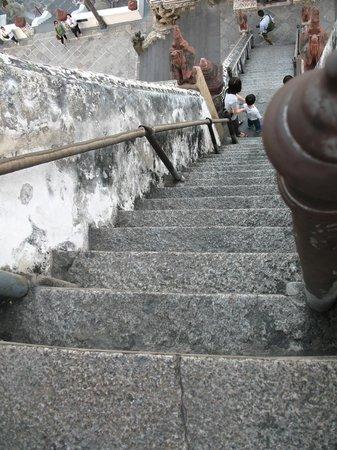 Wat Arun (Tempel der Morgenröte): Les fameux escaliers : marches très hautes, contremarches très courtes...