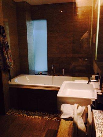 Courtyard by Marriott Bali Nusa Dua Resort: Premium Deluxe bathroom