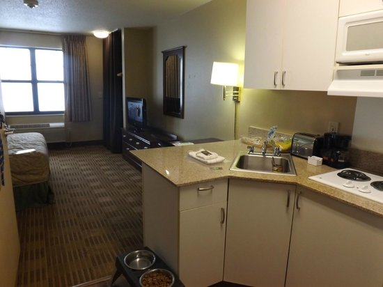 Extended Stay America - Elizabeth - Newark Airport : fully furnished kitchen