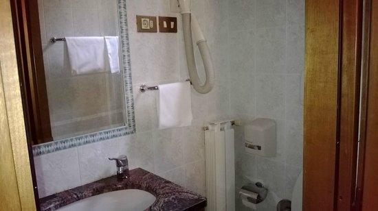 Hotel Alinari: bagno,con box doccia piccino