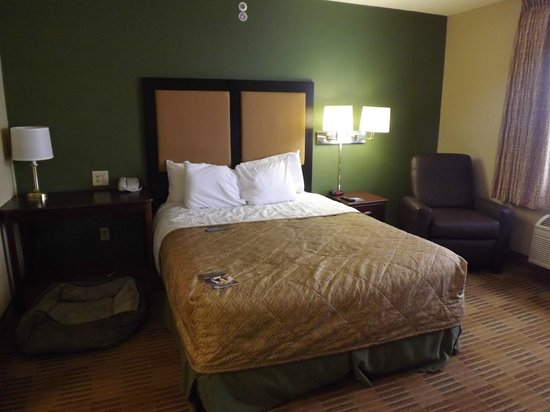 Extended Stay America - Elizabeth - Newark Airport : comfortable and plentiful lighting