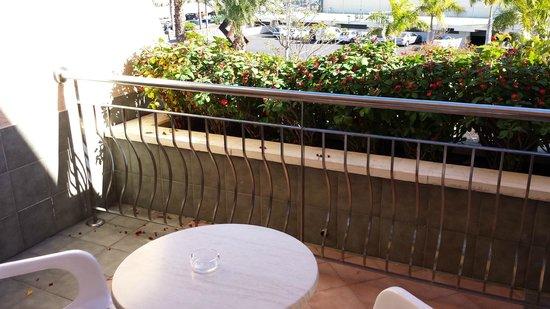 ClubHotel Riu Buena Vista: La vue sur le parking de devant sans jamais de soleil sur la terasse