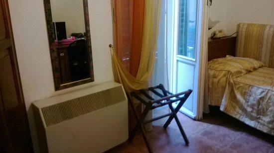 Hotel Alinari: camera con anche scrivania,mini bar e tv