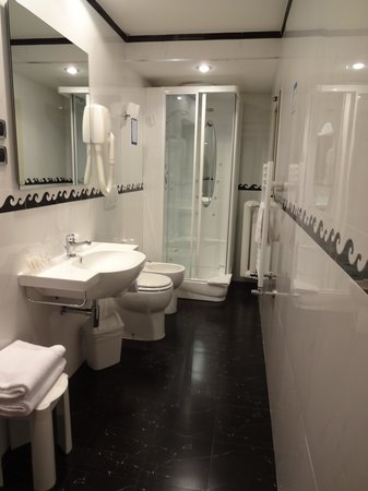 Montecarlo Hotel: Grande bagno
