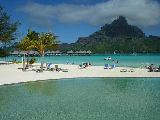 Le Meridien Bora Bora: Vue de Bora Bora depuis la terrasse extérieure du restaurant
