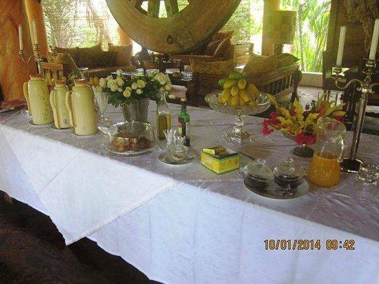 African House Resort : Общий стол на завтраке