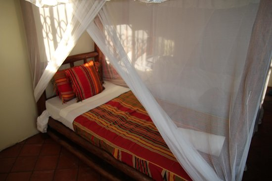 Lake Victoria View Guest House: Colourful beds and impeccably clean