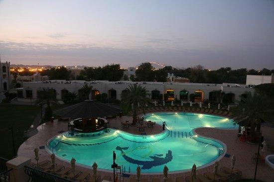 Al Ain Rotana Hotel: Overlooking the pool