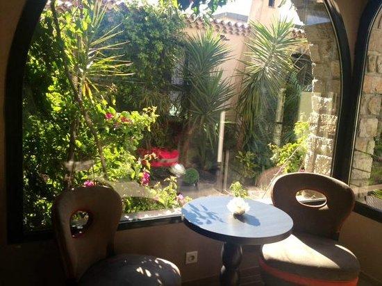 BEST WESTERN PLUS La Corniche : Vista del giardino.
