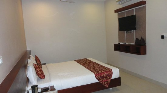 Pleasant Inn Pondicherry: LCD TV with limited channels