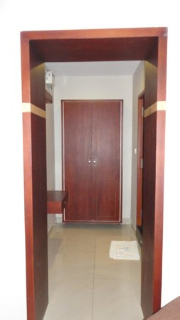 Pleasant Inn Pondicherry: Closet & Dressing Area