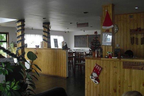 Hotel Hallef: Kleiner, aber freundlicher Empfangsbereich