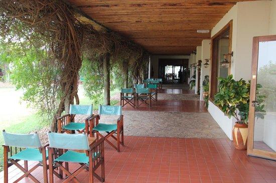 Mweya Safari Lodge: Hall way connecting main lobby and bars/restaurants
