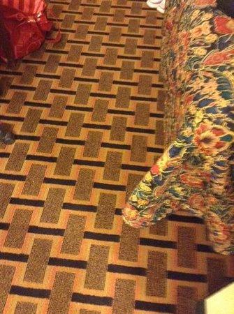 Green Tree Inn : floors and bed