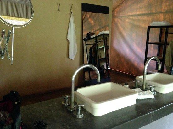Honeyguide Khoka Moya & Mantobeni Camps: Bathroom