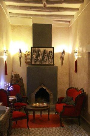 Riad Menzeh: Salon avec cheminée