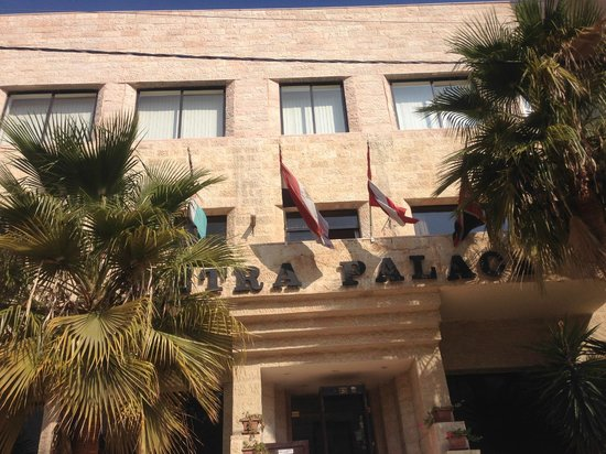 Petra Palace Hotel: отель - вход