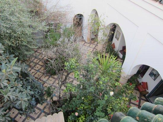 Riad Sahara Nour : de binnenplaats vanaf het dakterras