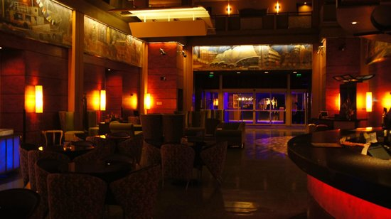 Pier 5 Hotel: Lobby at night
