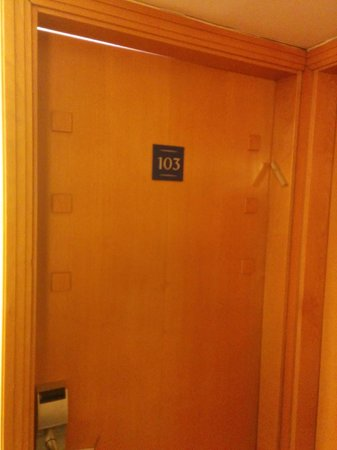 Hotel Prima City Tel Aviv: Opened door? No, just doesn't close well!!