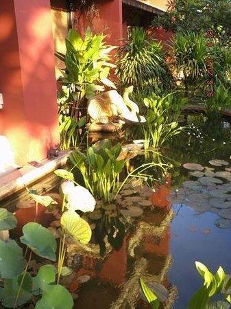 Apsara Holiday Hotel: Перед входом в отель