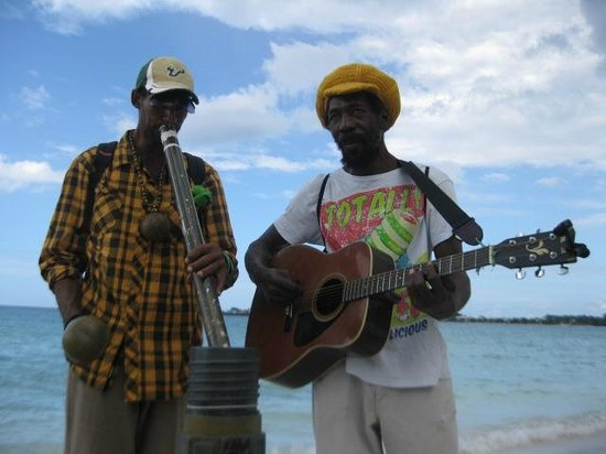 Couples Negril : Locals singing to us on the beach