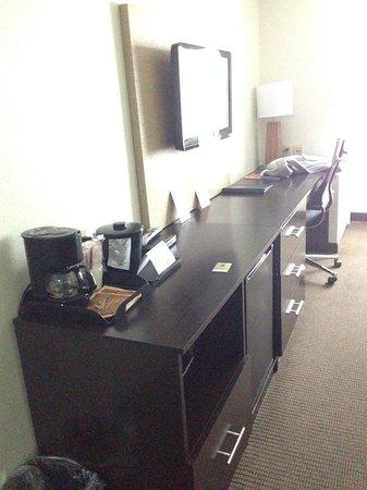 Sleep Inn & Suites: Desk with coffee maker, mini fridge, and microwave