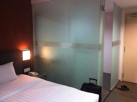 Nouvelle Hotel Johor: Tempered glass door & wall bathroom.