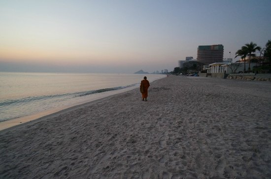 InterContinental Hua Hin Resort: Monk on a hotel beach