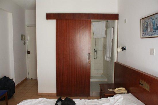 Larco Hotel: дверь в ванну
