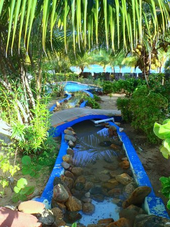 Sarkiki Reef Resort: Little 'canals' that link the pools... take the bridge to the beach!