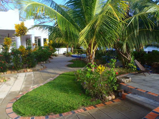 Sarkiki Reef Resort: Nice lush landscaping