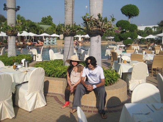 Thai Garden Resort : poolside diner